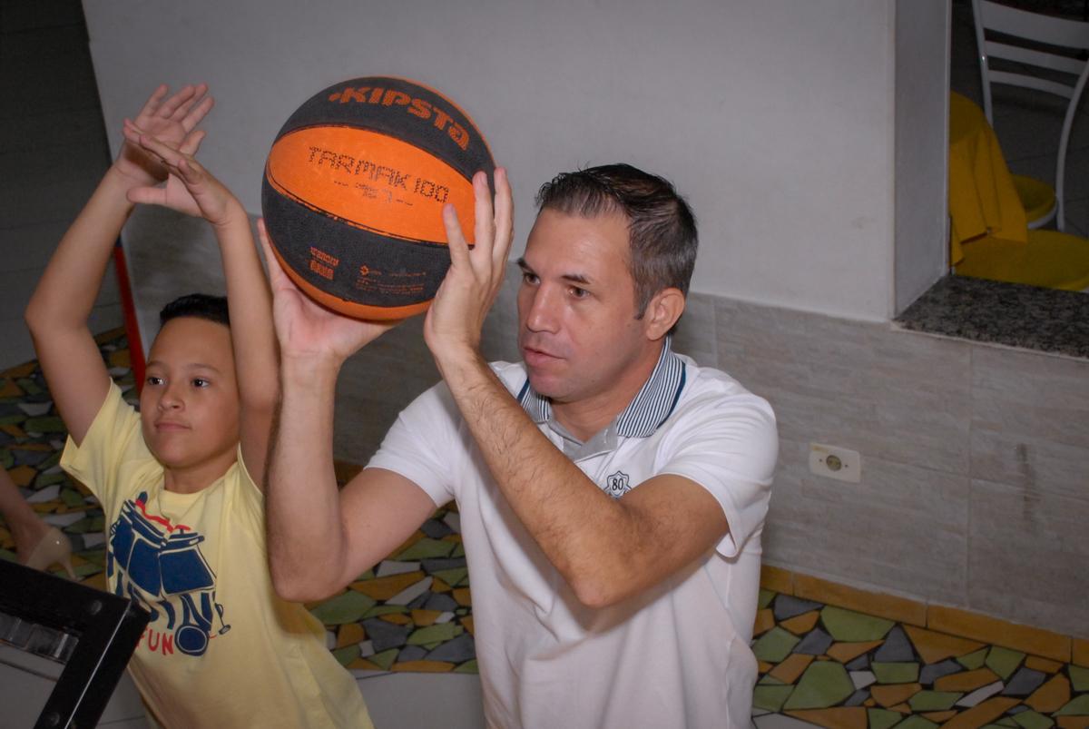 vez do papai se divertir brincando no basquetebol no Buffet Viva Viva Vida, Bonfiglioli, Butantã, SP, festa infantil, niversário de Lívia 2 aninhos, tema da festa Branca de Neve