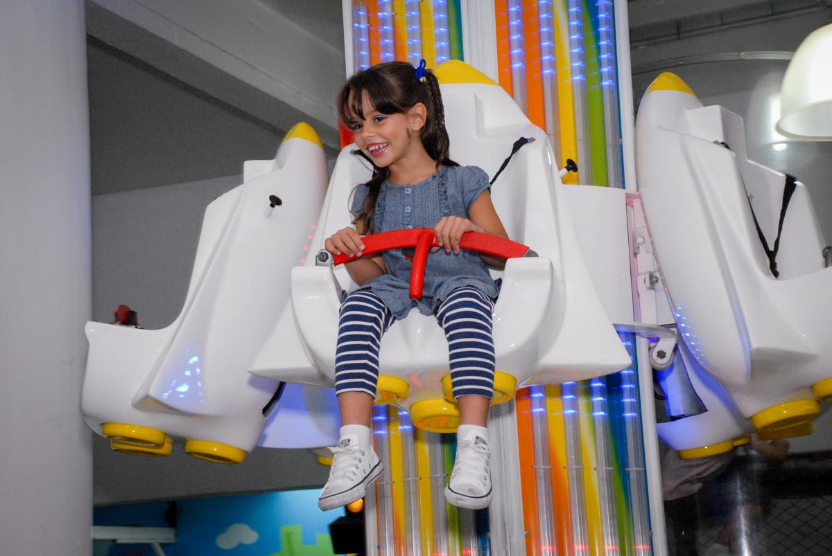 O brinquedo elevador ´e um dos preferidos no Buffet Viva Viva Vida, Bonfiglioli, Butantã, SP, festa infantil, niversário de Lívia 2 aninhos, tema da festa Branca de Neve