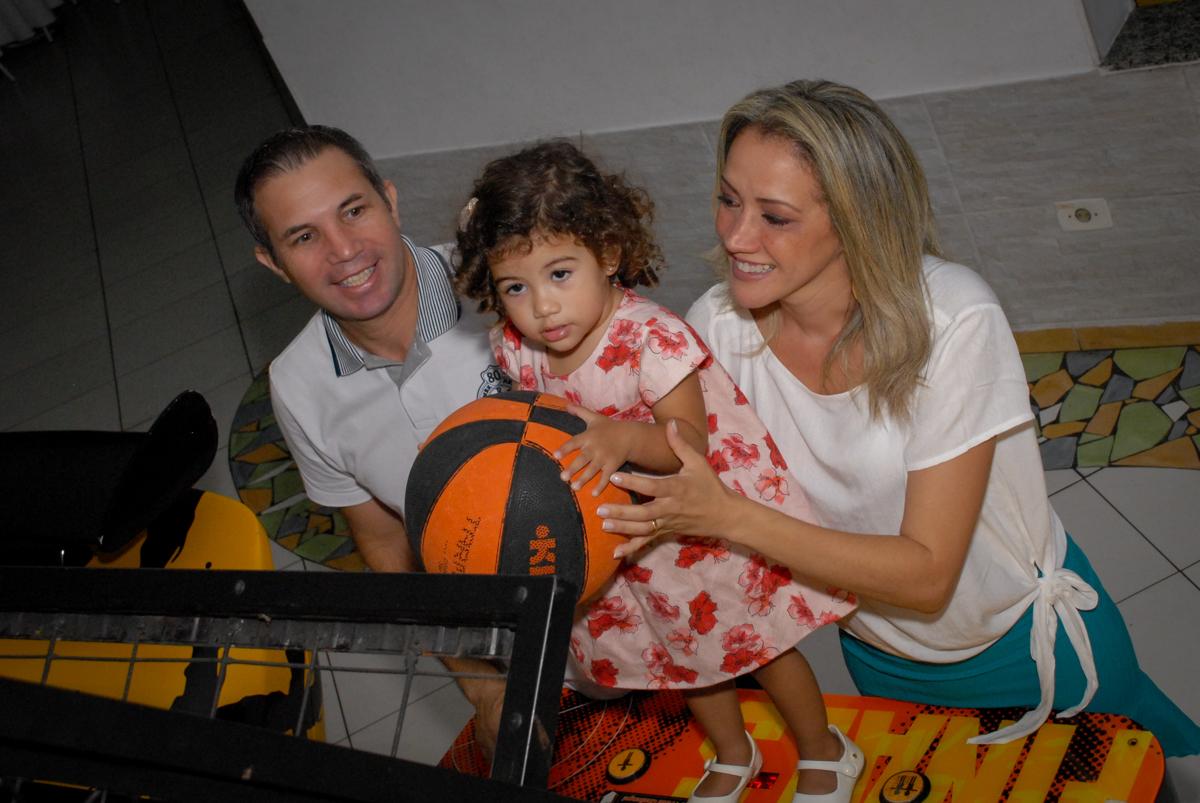 a família brinca jogando basquete no Buffet Viva Viva Vida, Bonfiglioli, Butantã, SP, festa infantil, niversário de Lívia 2 aninhos, tema da festa Branca de Neve