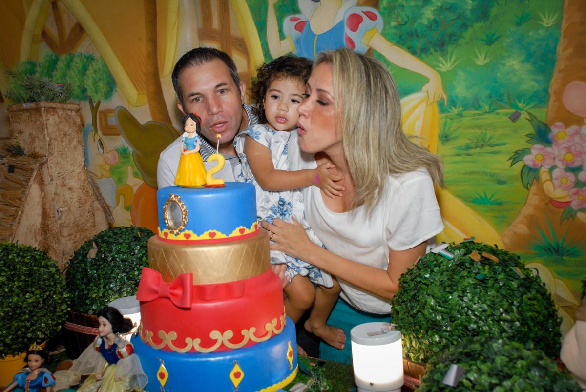 soprando a velinha do bolo no Buffet Viva Viva Vida, Bonfiglioli, Butantã, SP, festa infantil, niversário de Lívia 2 aninhos, tema da festa Branca de Neve