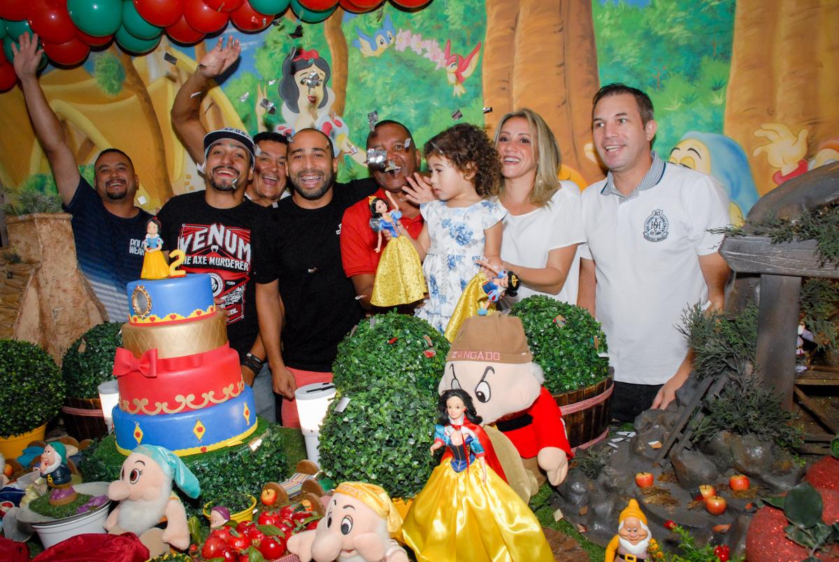 fotografia da família no Buffet Viva Viva Vida, Bonfiglioli, Butantã, SP, festa infantil, niversário de Lívia 2 aninhos, tema da festa Branca de Neve