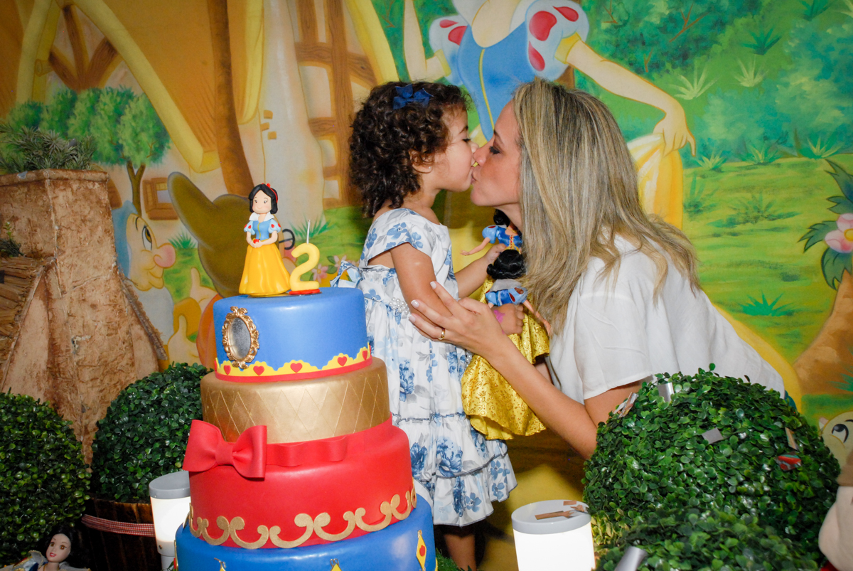 beijinho gostoso ganha da mamãe no Buffet Viva Viva Vida, Bonfiglioli, Butantã, SP, festa infantil, niversário de Lívia 2 aninhos, tema da festa Branca de Neve