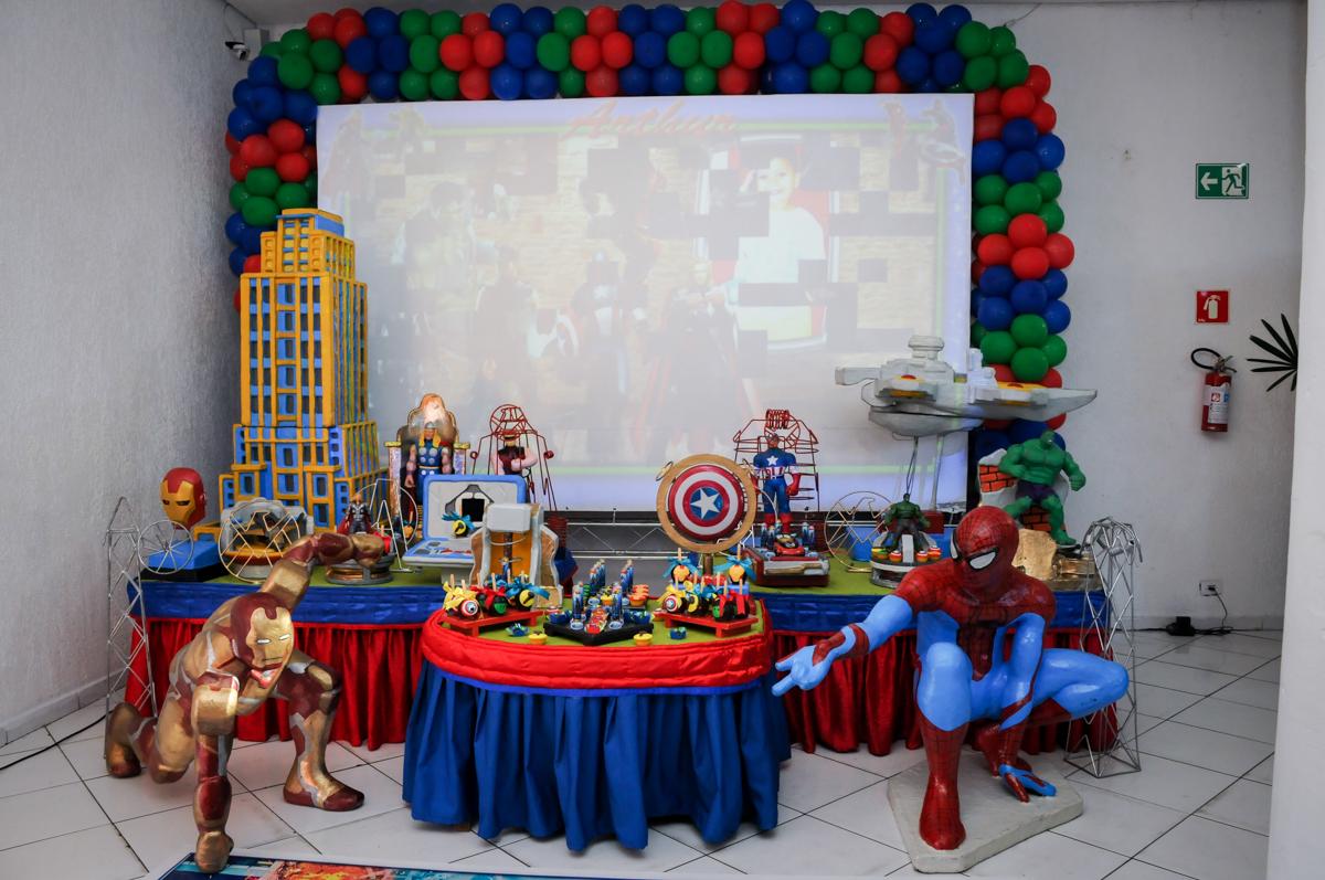 tema da mesa no Buffet Fábrica da Alegria Morumbi, fotografia infantil da festa de aniversário de Arthur Henrique 4 anos tema os vingadores