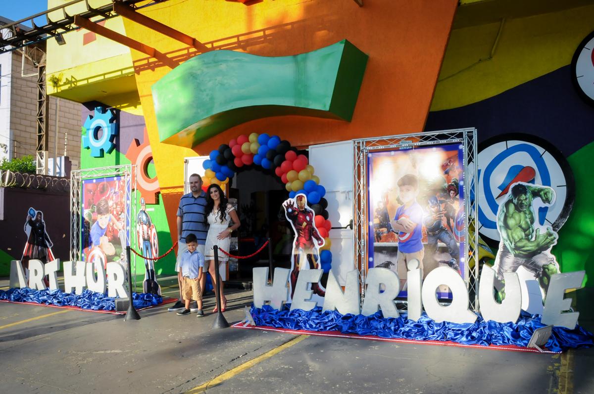 fotografia da família em frente ao Buffet Fábrica da Alegria Morumbi, fotografia infantil da festa de aniversário de Arthur Henrique 4 anos tema os vingadores