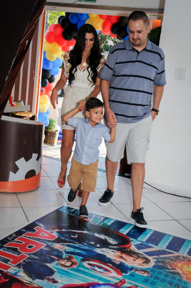 entrada da família para a festa no Buffet Fábrica da Alegria Morumbi, fotografia infantil da festa de aniversário de Arthur Henrique 4 anos tema os vingadores