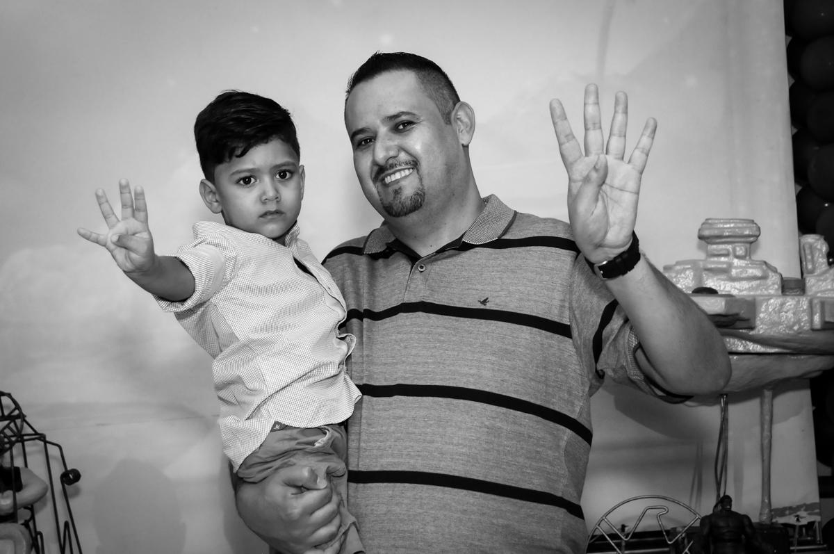 fotografia do aniversariante com seu pai no Buffet Fábrica da Alegria Morumbi, fotografia infantil da festa de aniversário de Arthur Henrique 4 anos tema os vingadores