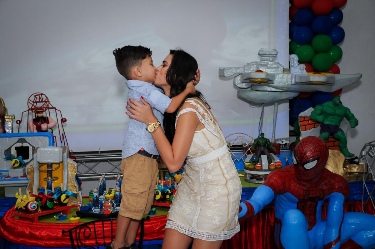 beijinho do aniversariante e sua mãe no Buffet Fábrica da Alegria Morumbi, fotografia infantil da festa de aniversário de Arthur Henrique 4 anos tema os vingadores