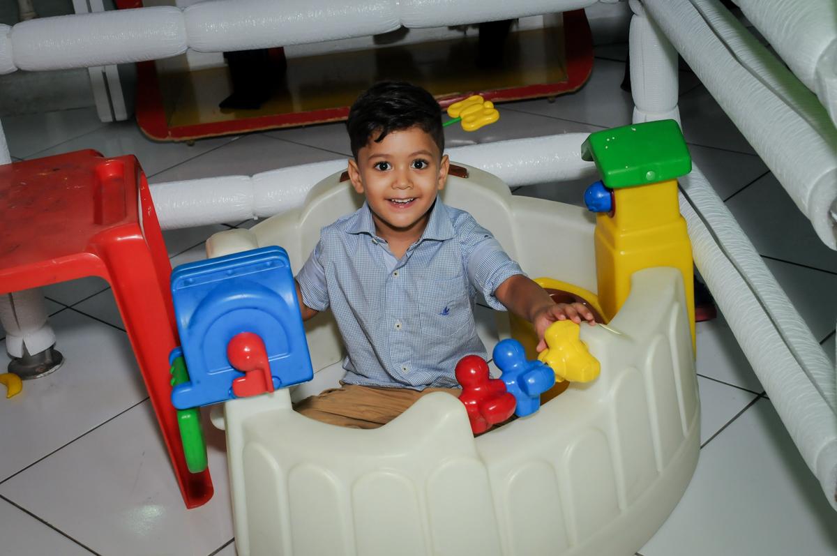 brinquedo de montar na área baby no Buffet Fábrica da Alegria Morumbi, fotografia infantil da festa de aniversário de Arthur Henrique 4 anos tema os vingadores