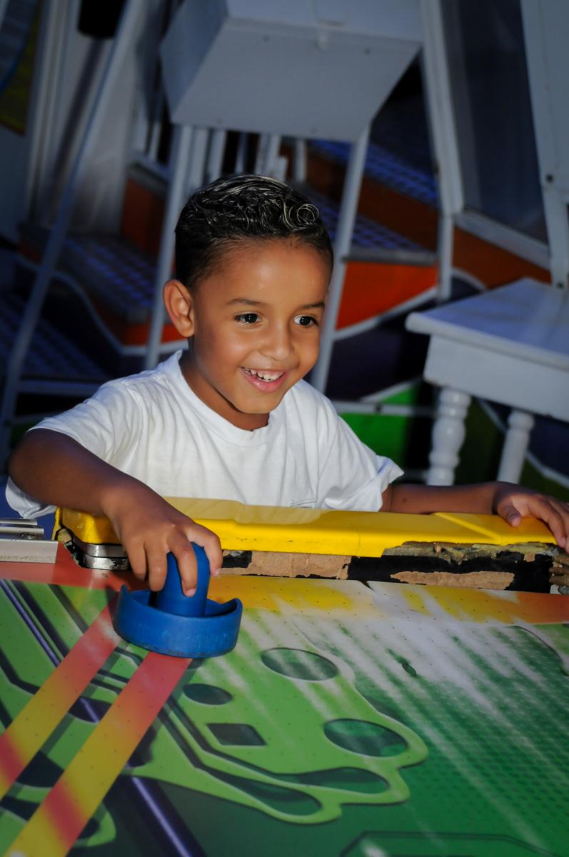 jogo de futebol de mesa no Buffet Fábrica da Alegria Morumbi, fotografia infantil da festa de aniversário de Arthur Henrique 4 anos tema os vingadores