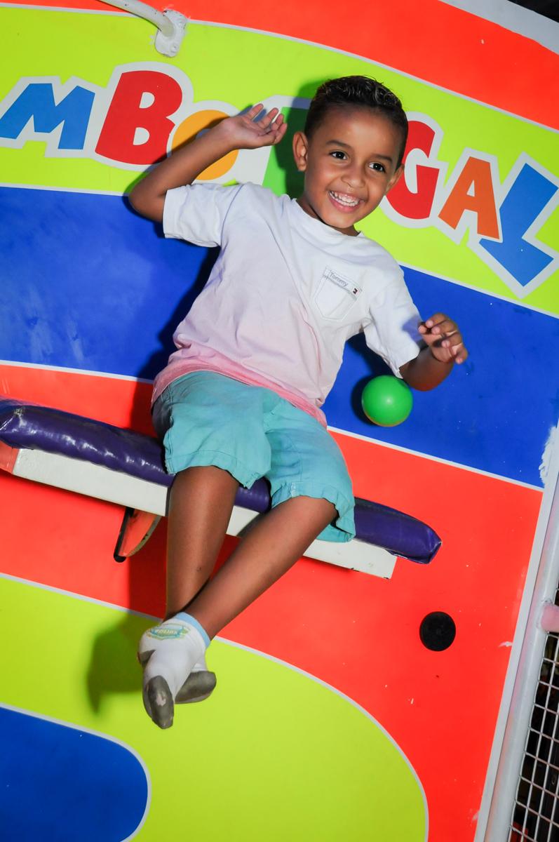 caindo do tombo legal no Buffet Fábrica da Alegria Morumbi, fotografia infantil da festa de aniversário de Arthur Henrique 4 anos tema os vingadores