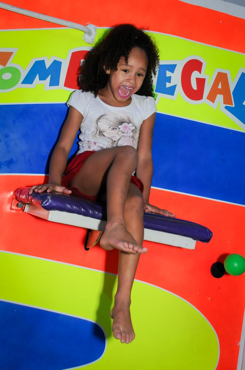 O tombo legal está concorrido no Buffet Fábrica da Alegria Morumbi, fotografia infantil da festa de aniversário de Arthur Henrique 4 anos tema os vingadores