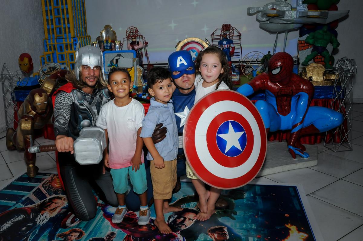 as crianças foram receber os vingadores no Buffet Fábrica da Alegria Morumbi, fotografia infantil da festa de aniversário de Arthur Henrique 4 anos tema os vingadores