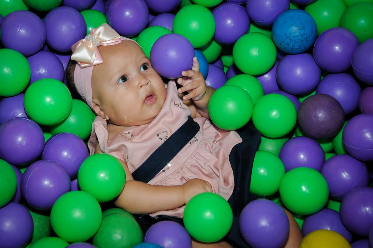 A bebê brinca na piscina de bolinhas no Buffet Fábrica da Alegria Morumbi, fotografia infantil da festa de aniversário de Arthur Henrique 4 anos tema os vingadores