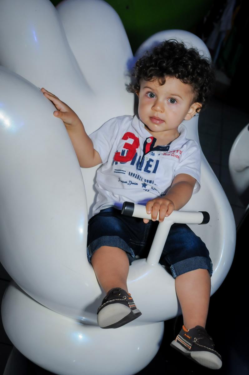 O bebê gosta de brincar no carrossel no Buffet Fábrica da Alegria Morumbi, fotografia infantil da festa de aniversário de Arthur Henrique 4 anos tema os vingadores