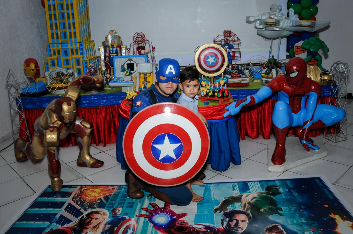 capitão américa é o preferido do aniversariante no Buffet Fábrica da Alegria Morumbi, fotografia infantil da festa de aniversário de Arthur Henrique 4 anos tema os vingadores
