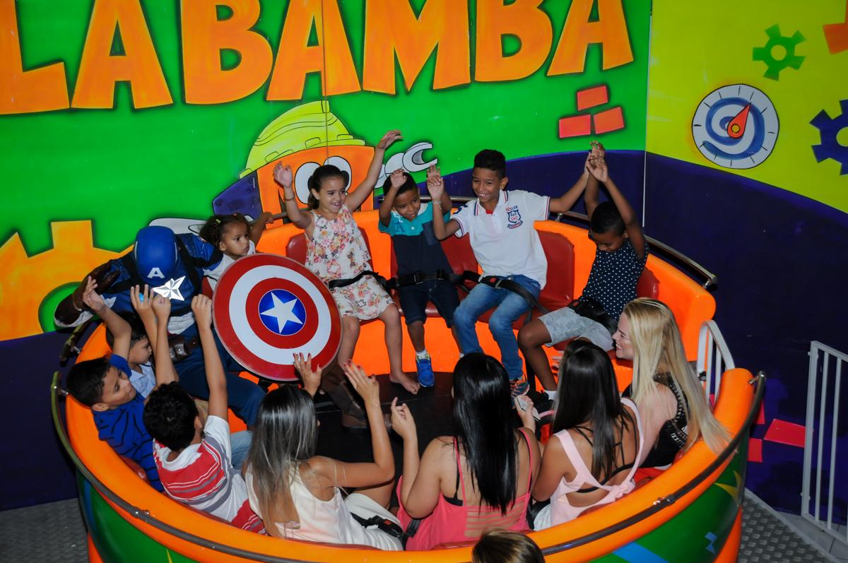 O labamba está cheio de crianças fazendo bagunça no Buffet Fábrica da Alegria Morumbi, fotografia infantil da festa de aniversário de Arthur Henrique 4 anos tema os vingadores