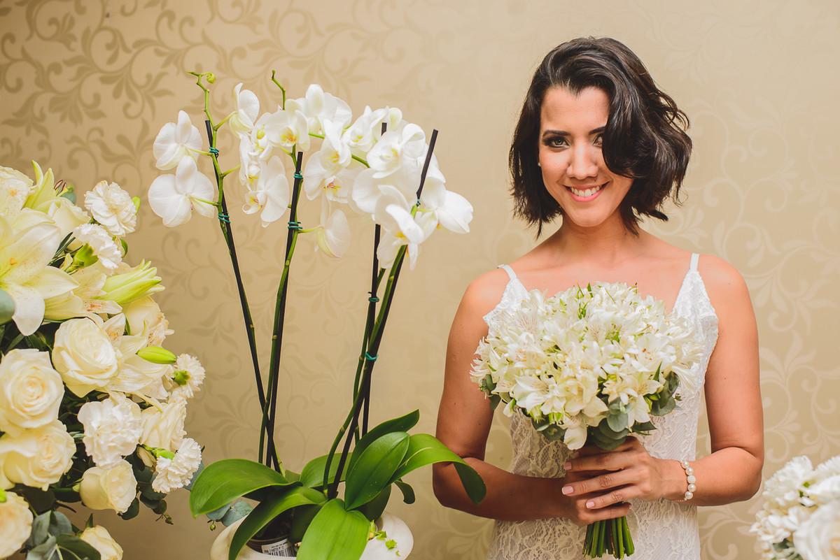 noiva e seu olhar sobre o bouquet