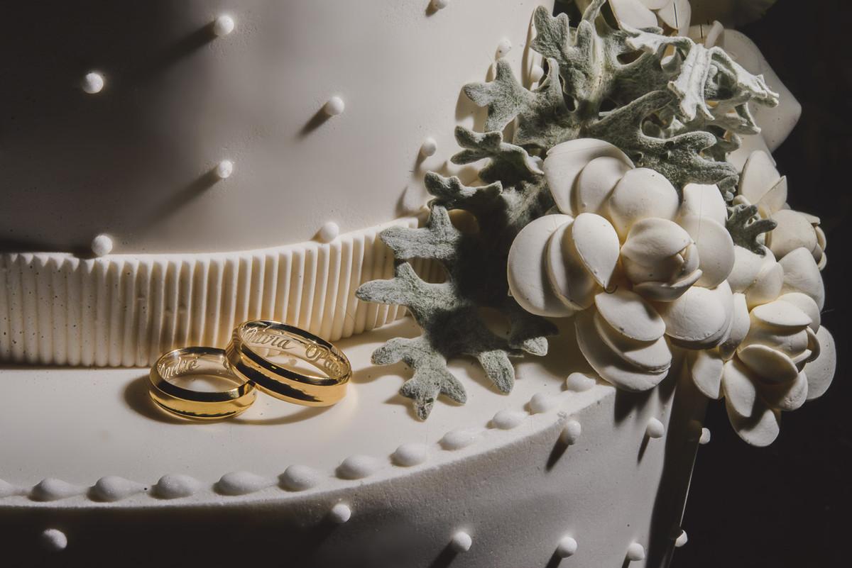 bolo de casamento e alianças