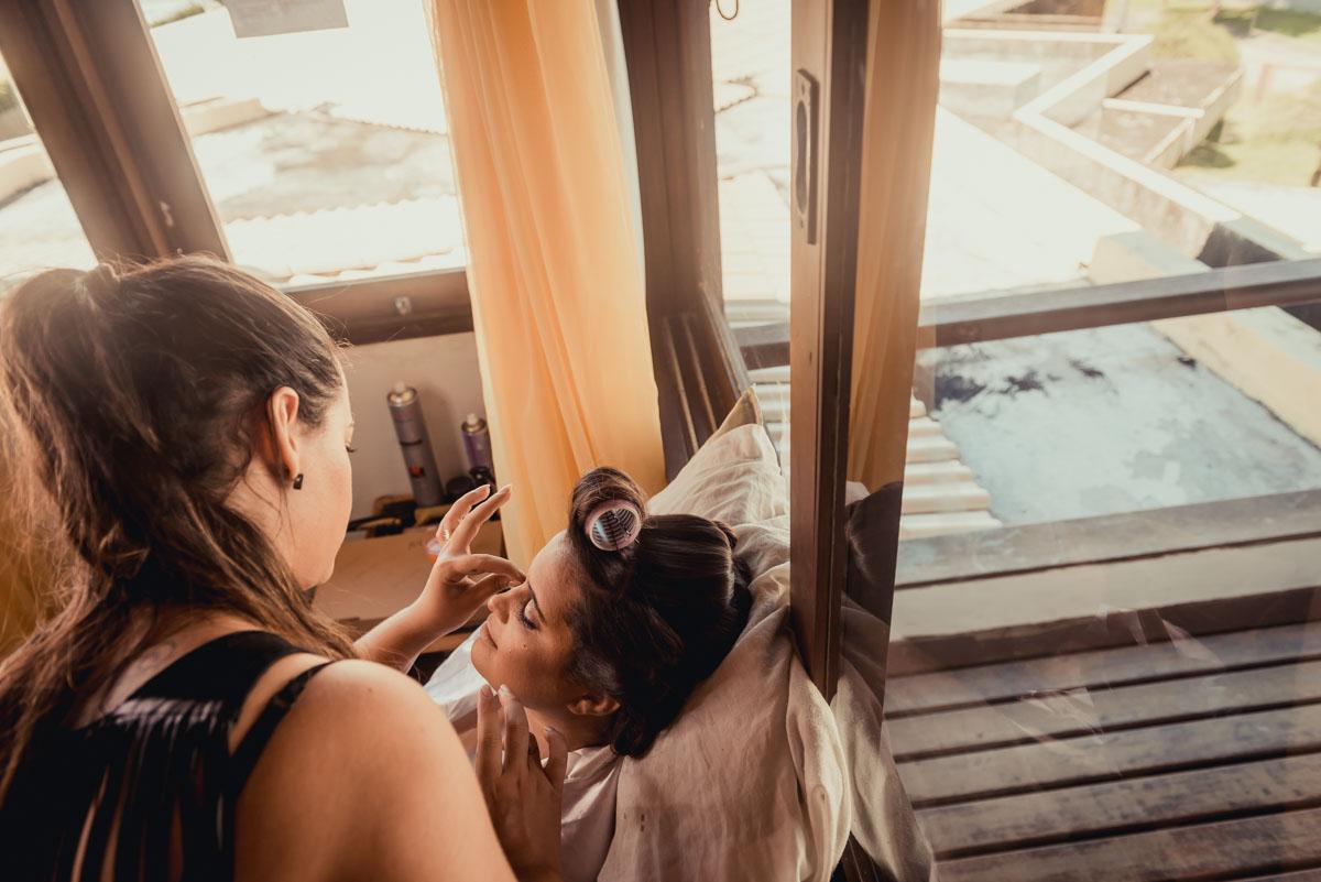 maquiando a noiva no dia de seu casamento