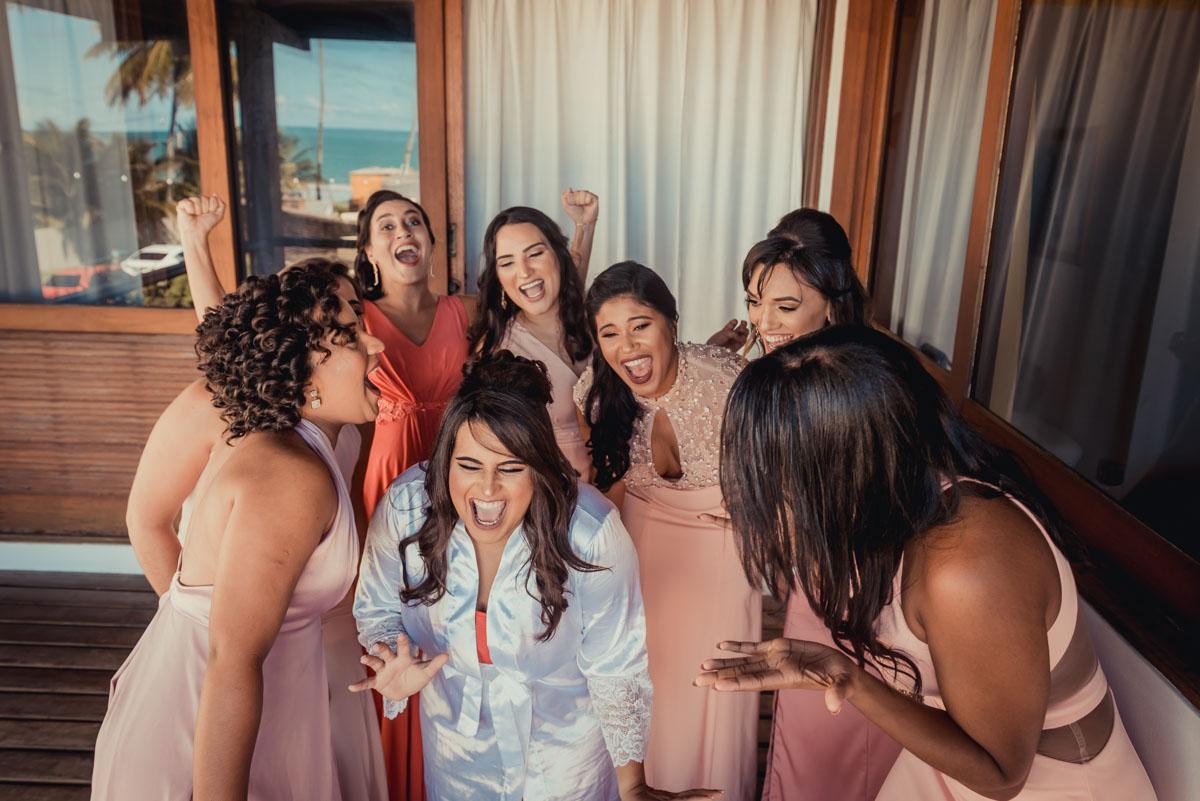 noiva e madrinhas se divertem no dia de seu casamento