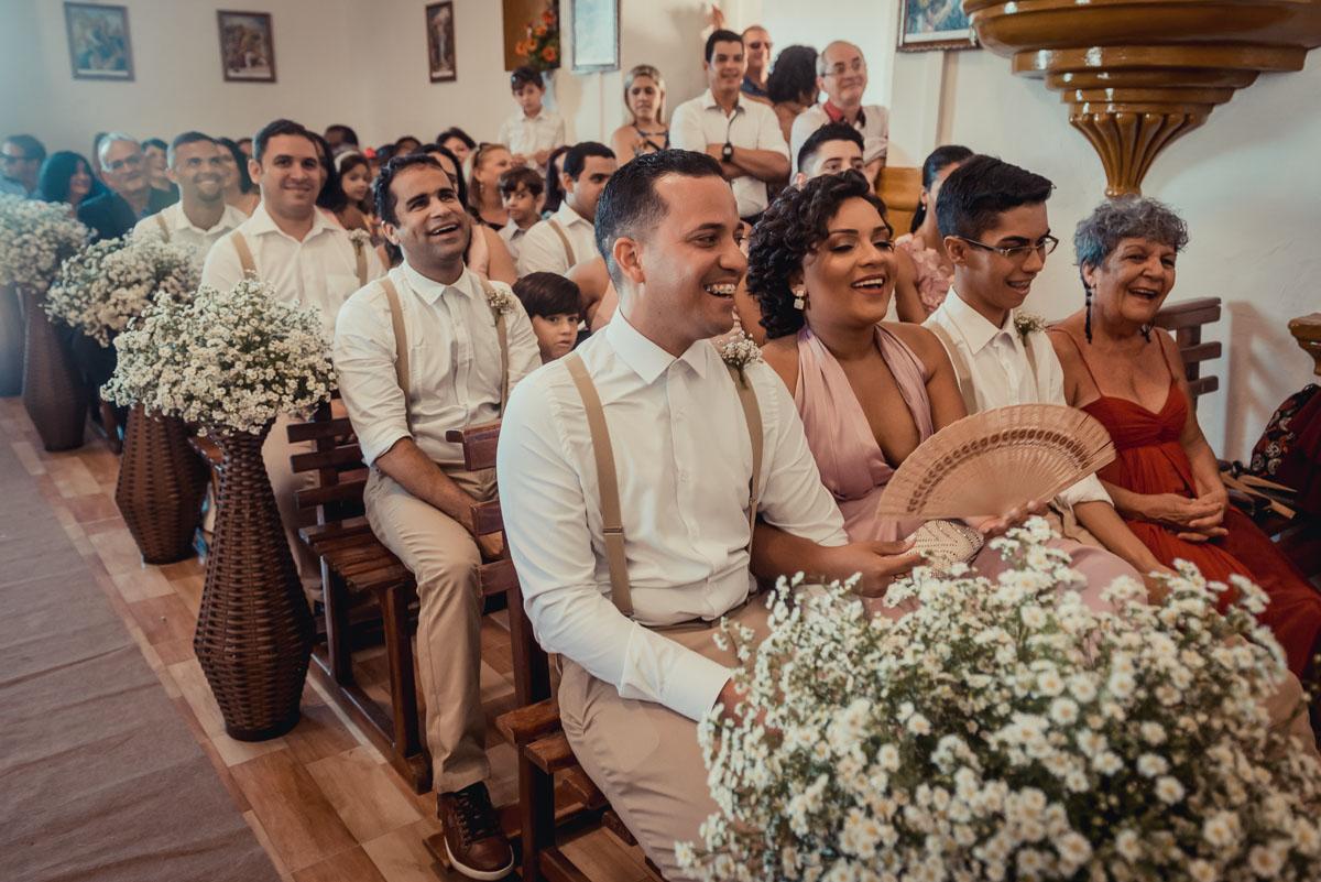 familiares se divertem em cerimonia de casamento