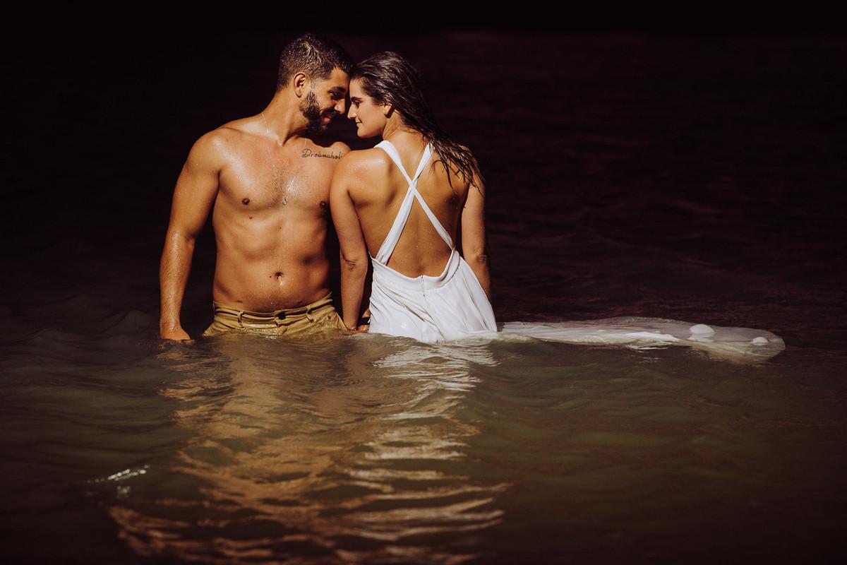 retrato dos noivos na água