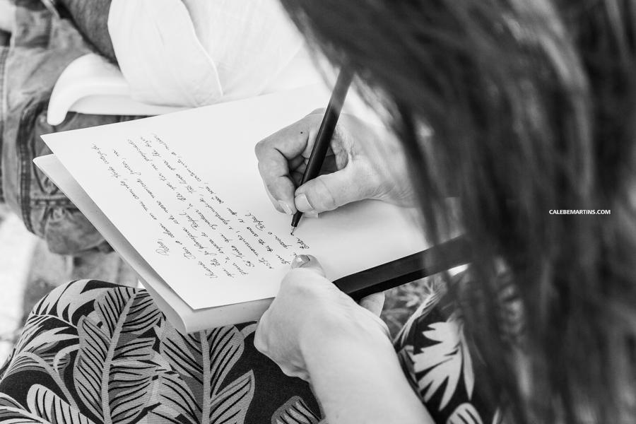 Ana escrevendo sua declaração