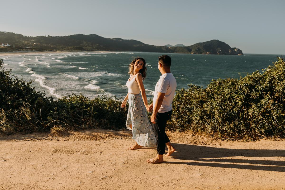 Imagem capa - Pés descalços na Praia do Rosa - SC por Lahm Produtora
