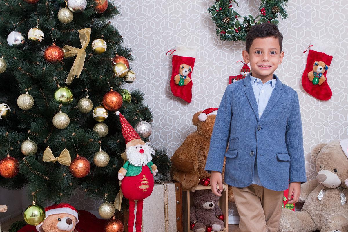fotografia de criança, fotografia cenário de natal, criança feliz, criança no natal, fotografia de natal, fotografia de menino no natal