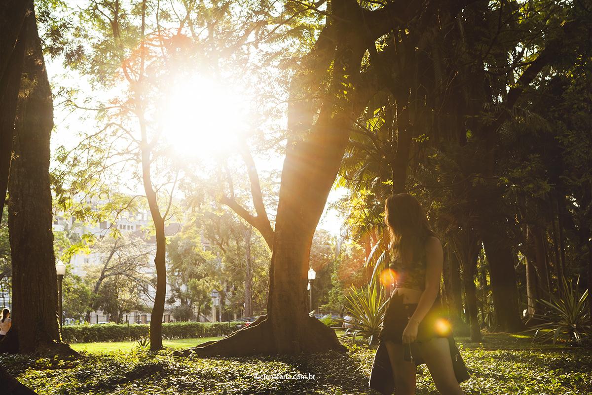 modelo caminhando numa linda tarde em poços de caldas no por do sol fotografada por luciana faria