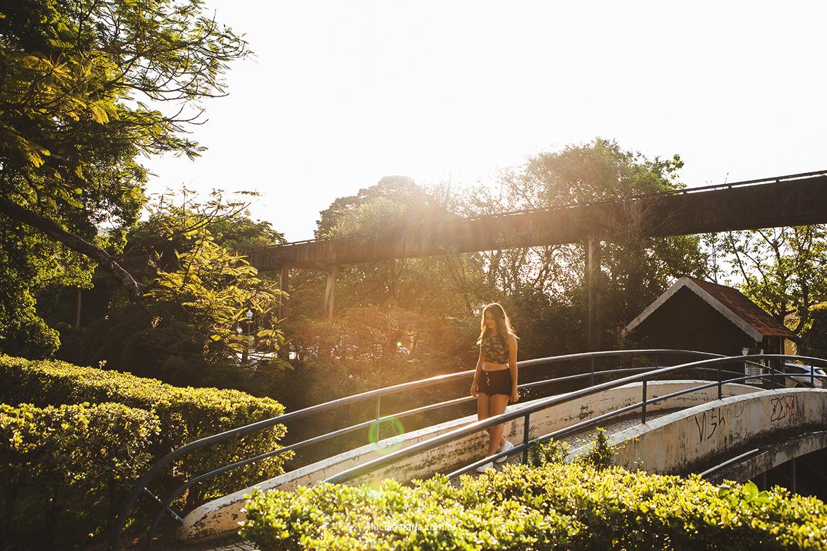 caminhando pela ponte em poços de caldas fotografando para ensaio de 15 anos