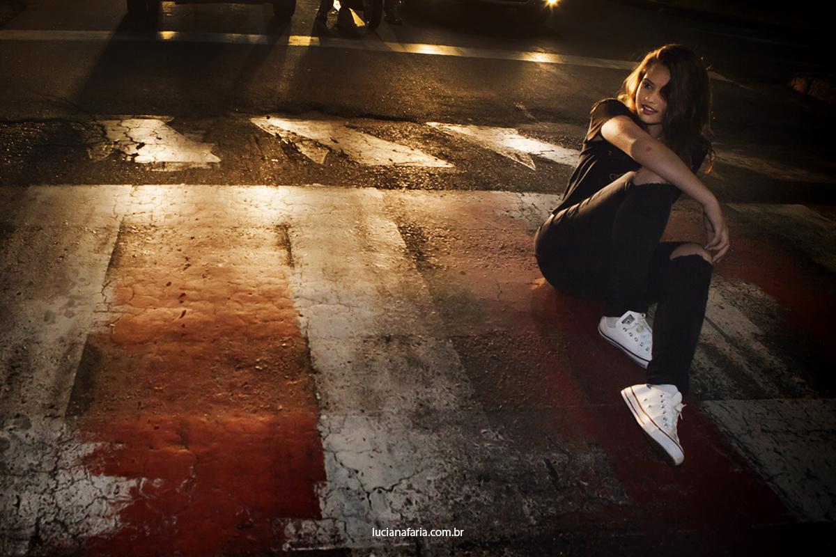 fotos na faixa de pedestre a noite na rua em poços de caldas