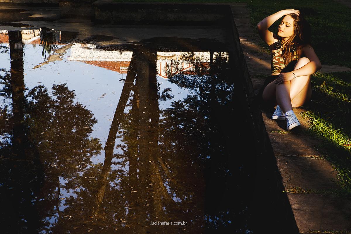 foto de reflexo de água ensaio de 15 anos fotos na praça com lindo por do sol em poços de caldas mg