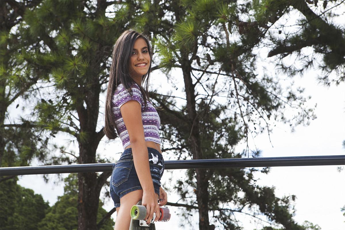 ensaio de 15 anos realizado em poços de caldas foto de menina com skate para book de 15 anos feito por Luciana Faria
