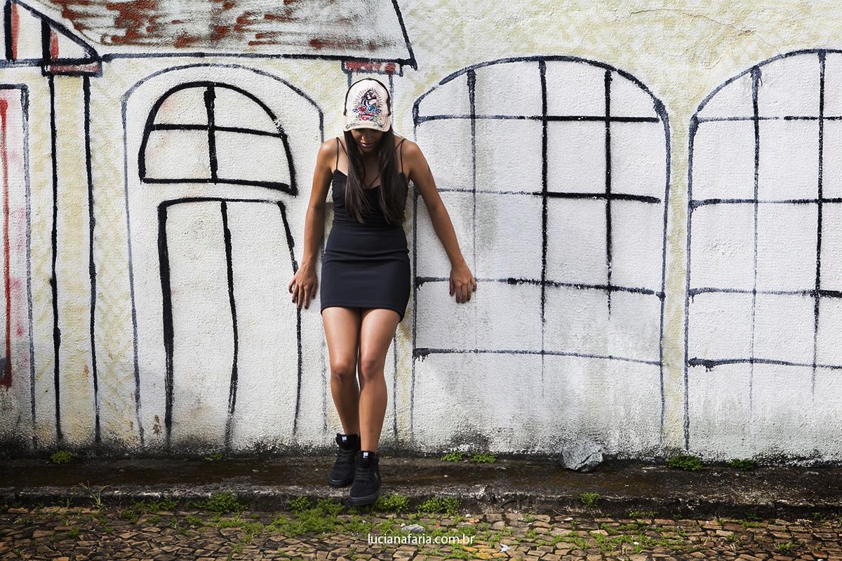 grafite em poços de caldas serviu como fundo fotográfico para ensaio de 15 anos de menina que gosta de grafite e usar boné em fotos de 15 anos