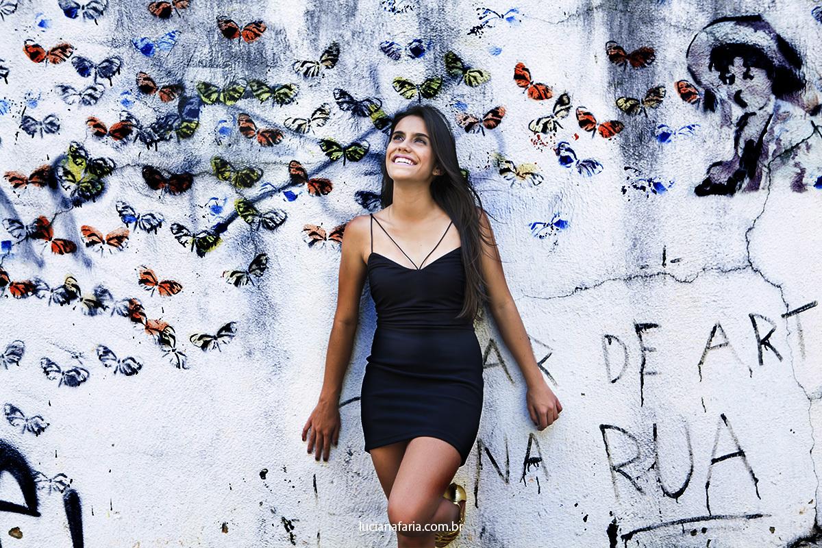 fotos na parede de grafite da Urca em poços de caldas para álbum de 15 anos de menina que posou fotos do estúdio Luciana Faria
