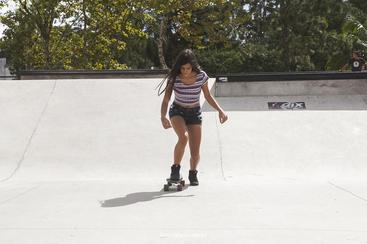 menina andando de skate em poçso de caldas posando para fotos de 15 anos com Luciana faria fotógrafa de Poços que faz fotos espontâneas de book 15 anos