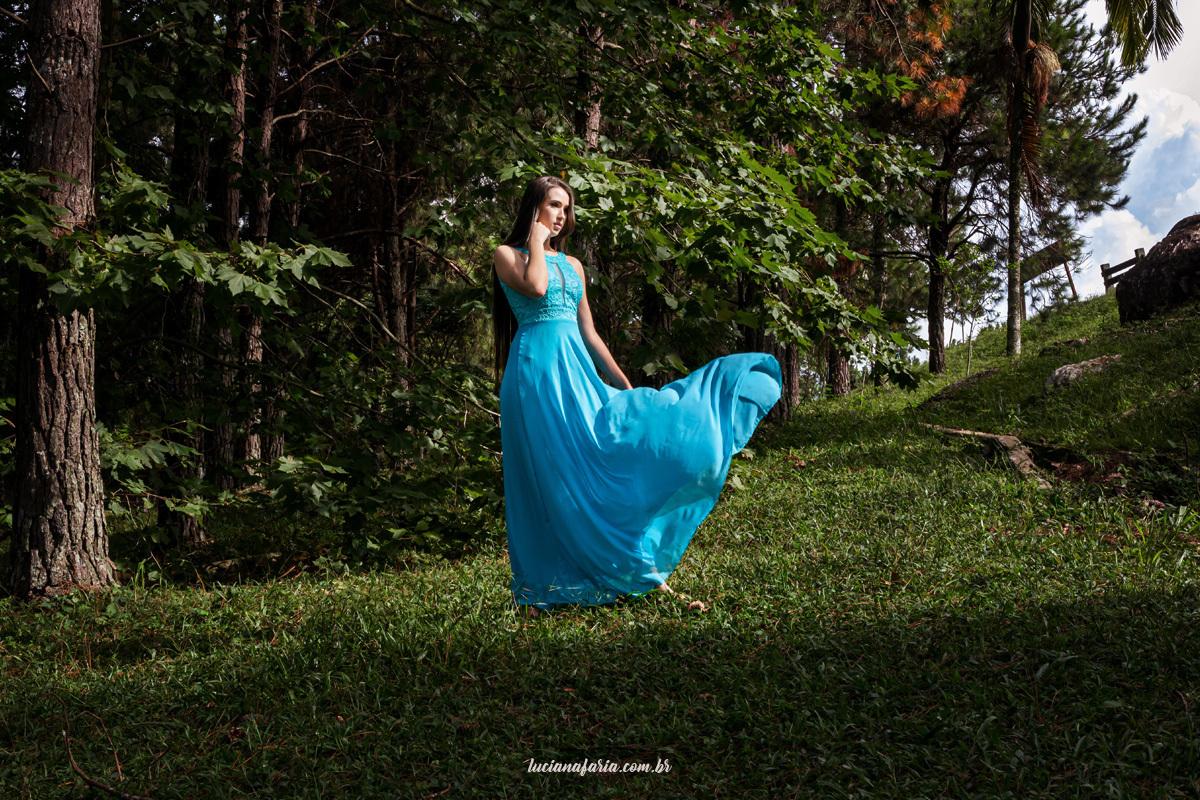 vestido para ensaio de 15 anos em poços de caldas azul tiffany lindas fotos na natureza em véu das noivas em poços