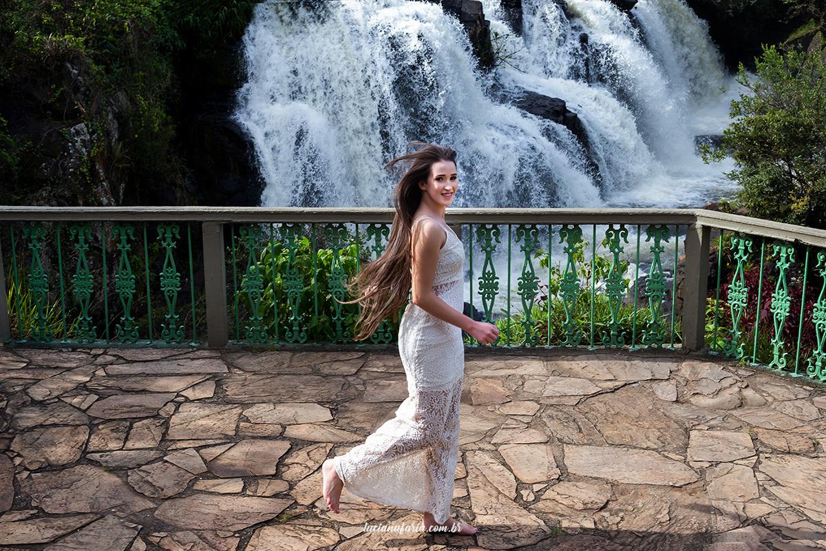 cachoeira véu das noivas em poços de caldas mg ensaio de 15 anos na cachoeira feito pela fotógrafa luciana faria