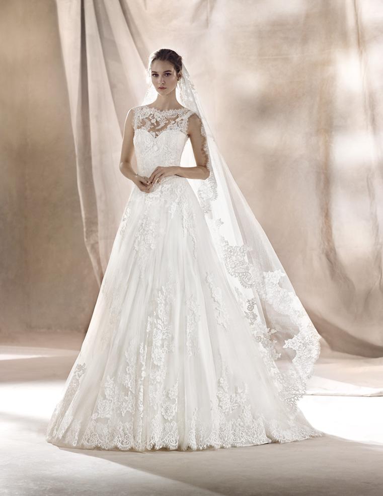 Noiva muito bela com o lindo vestido da coleção 2017 Alexandrina Bridal Boutique que faz locação de vestidos em SC onde ela posa para uma linda foto