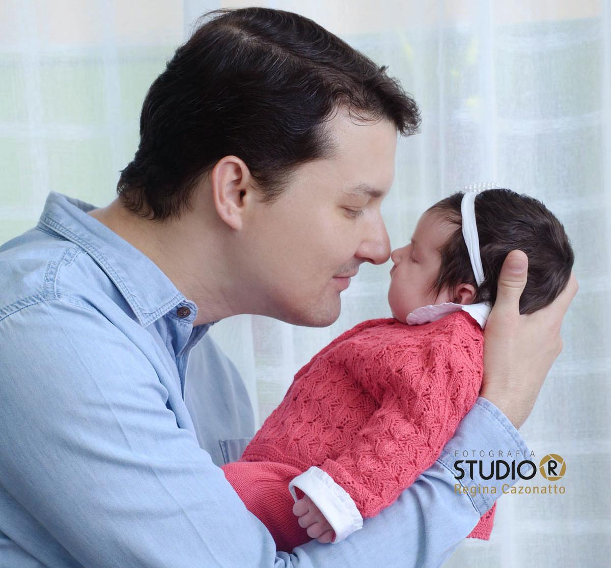 Imagem capa - Qual é o papel do pai nos primeiros meses do bebê? Esse período não é só seu. Veja como o pai também pode - e deve - participar por Regina Cazonatto