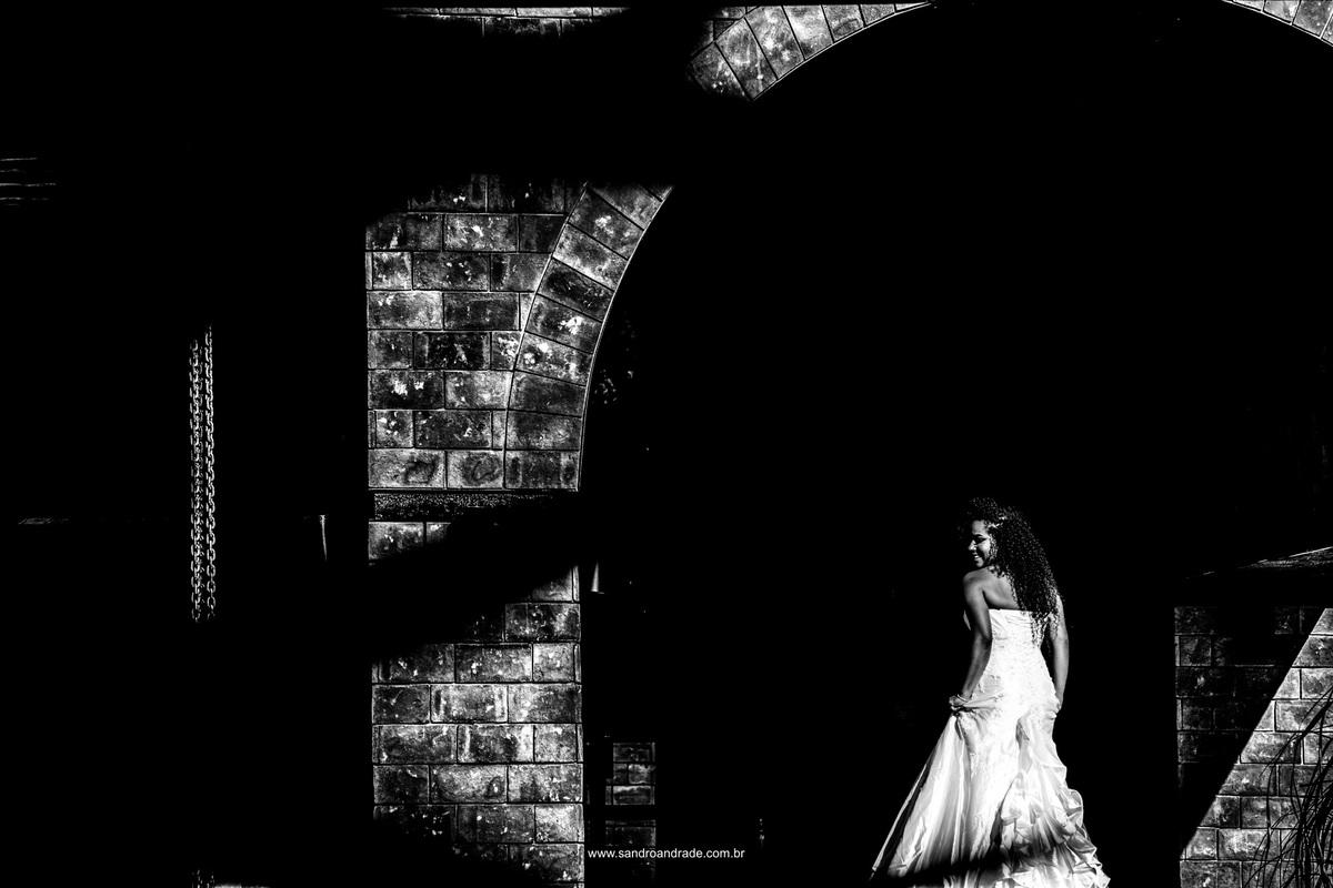 Linda fotografia em preto e branco da noiva de costas