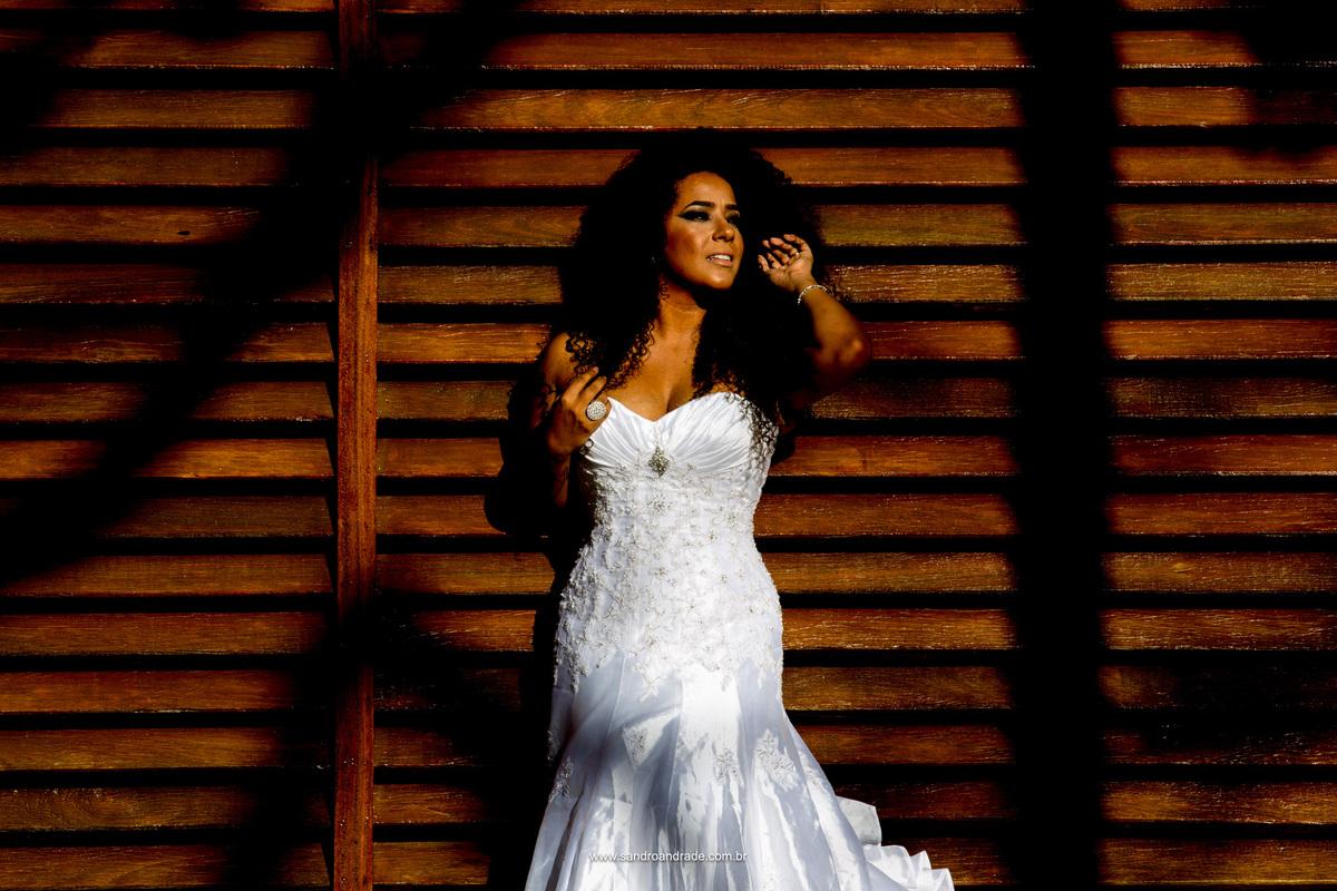 As cores em contrastres, pele morena, cabelos negros e um vestido branco, uma belissima morena com um olhar atraente, .