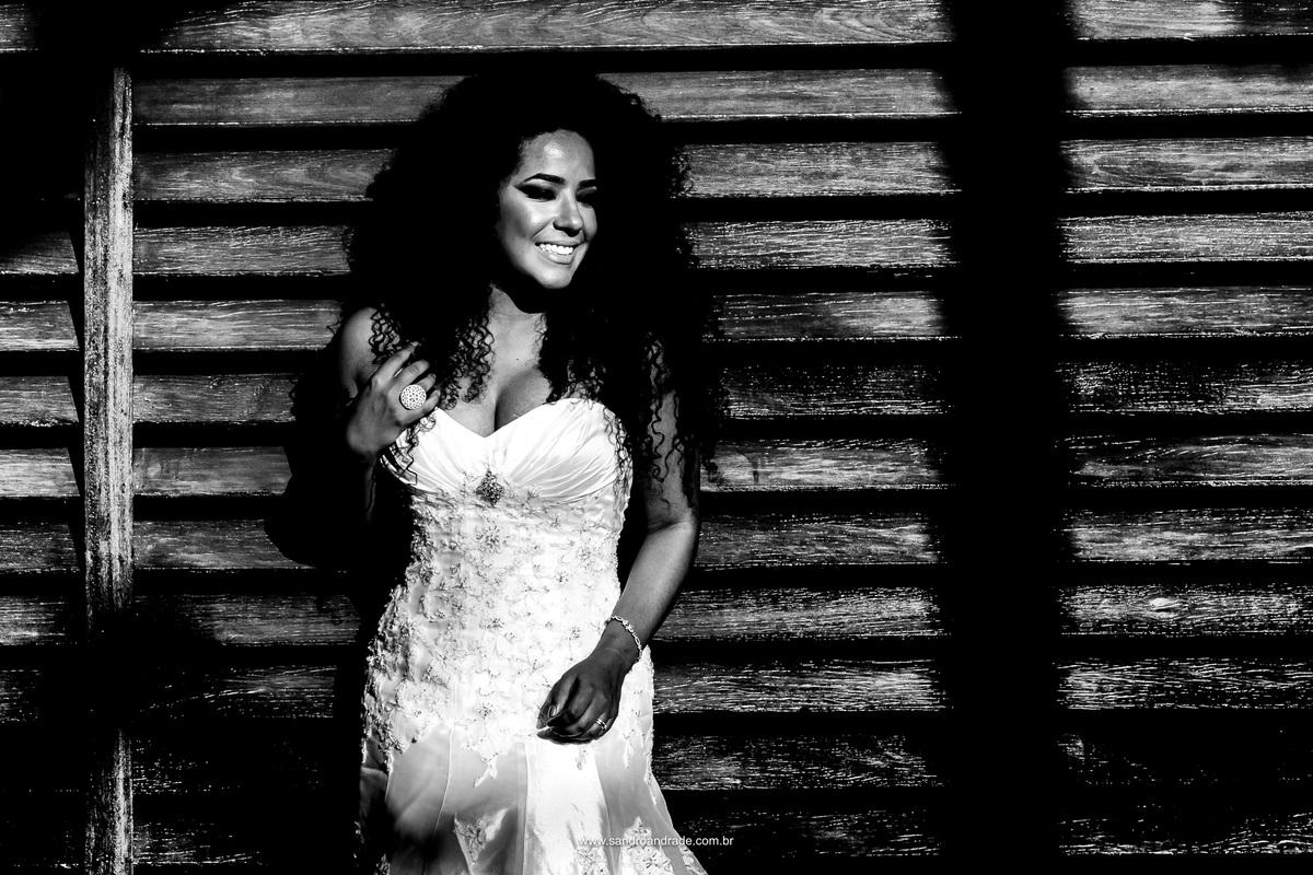 uma fotografia de noiva em preto e branco e um sorriso descontraido, muitos cachos.