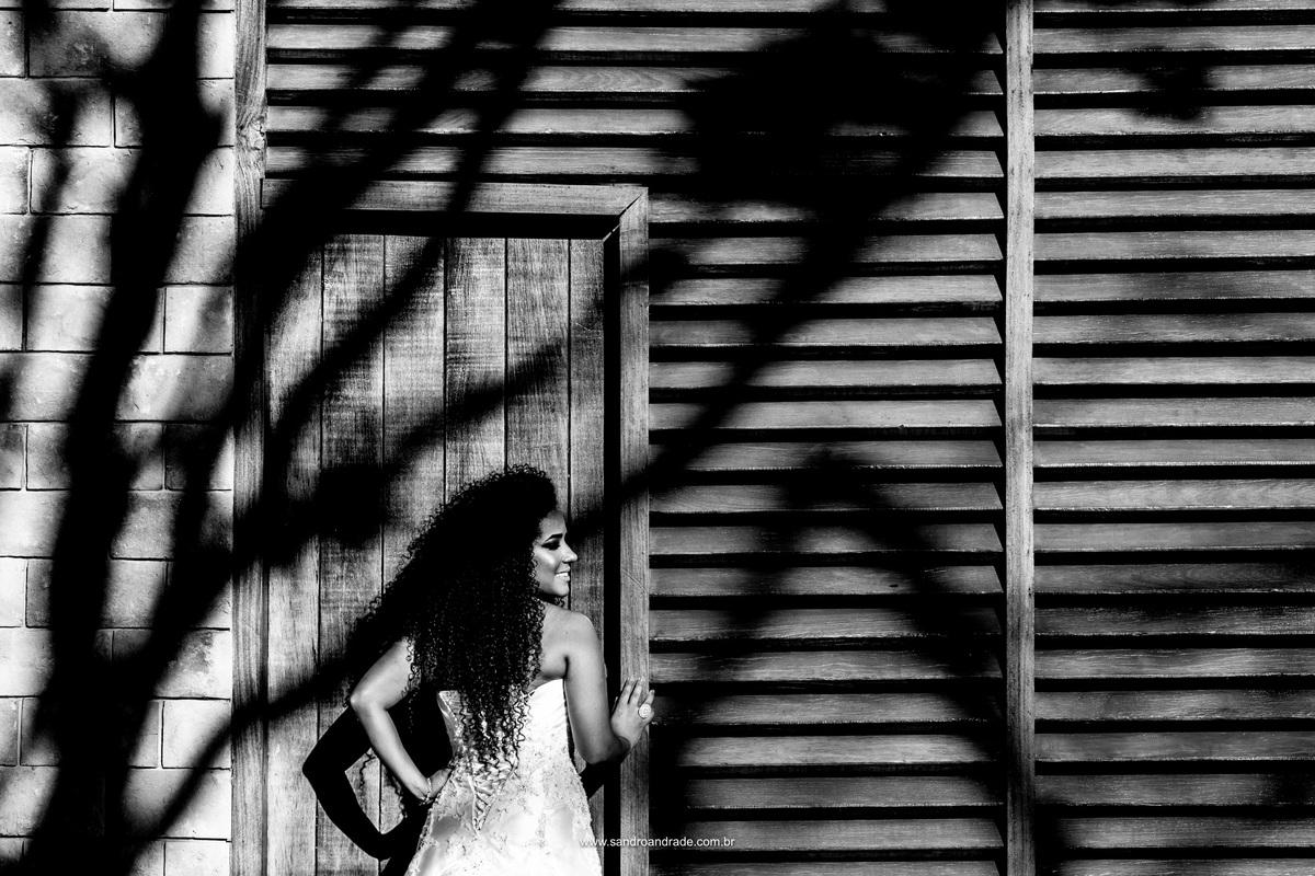 Jamilly e seu lindo vestido de noiva, uma fotografia encantadora mostrando os detalhes das costas do vestido.