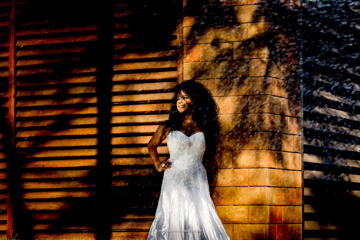 Os tons de marrom, pele morena, parede, madeiras e uma linda noiva.