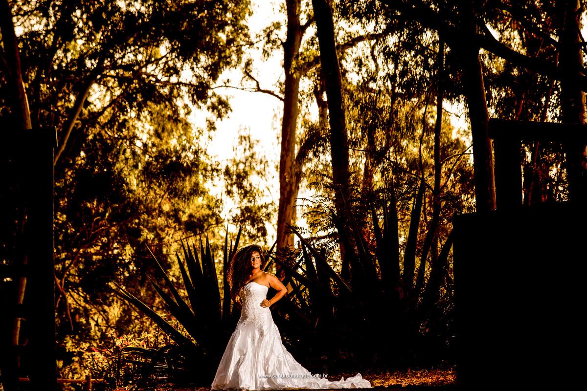Um bonito por do sol em tons dourados que se misturam a pele da noiva.