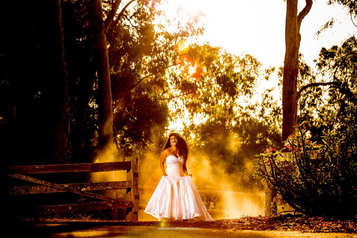 Fotografia artistisca de casamento, belo click feito por Sandro Andrade em uma composiçao espetacular, noiva, sorriso espontaneo, poeira e por do sol