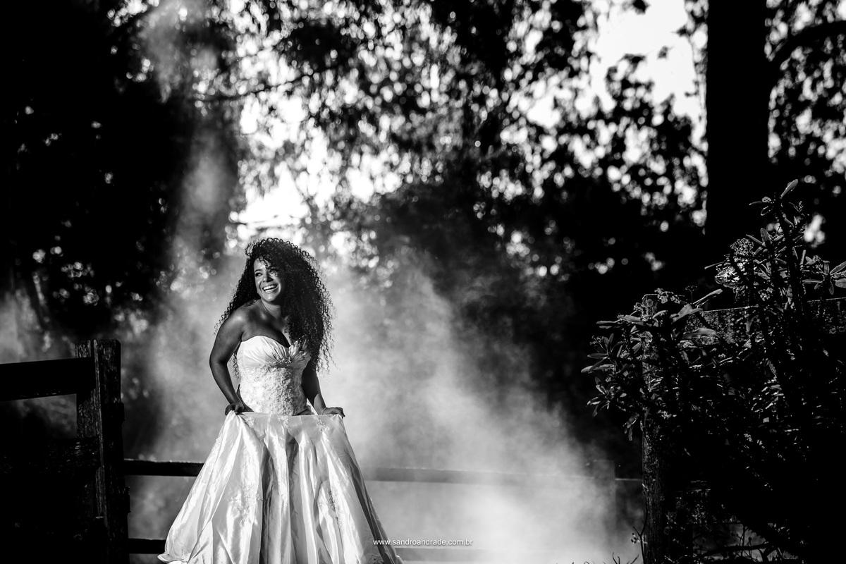 Fotografia preto e branco de uma noiva feliz e uma criatividade imensa desse artista encantador, Sandro Andrade, suas fotografias são uma obra de arte.
