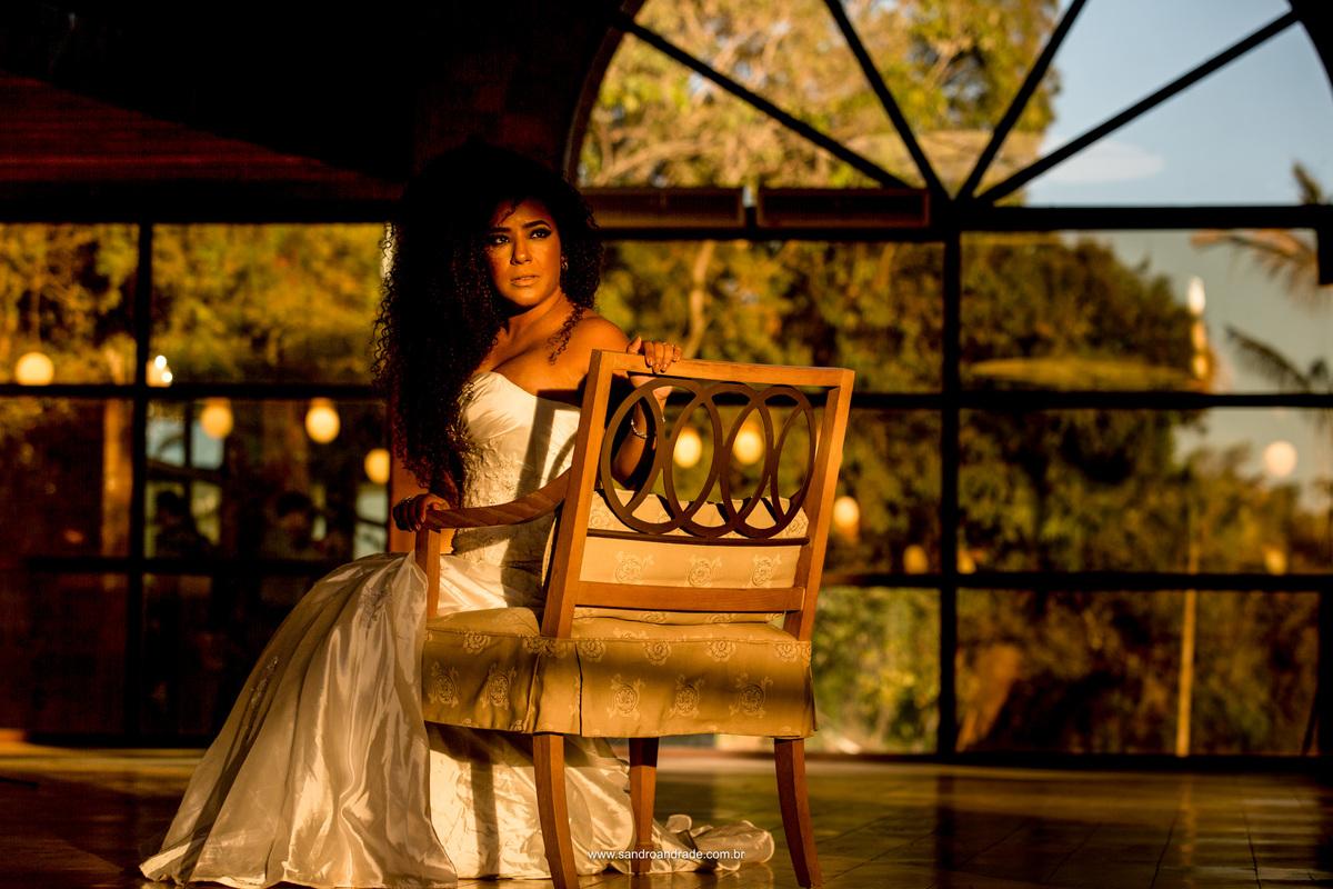 Uma bela morena e seus cachos, de olhar atraente em um lindo retrato no interior do salao no Haras da Lenda.